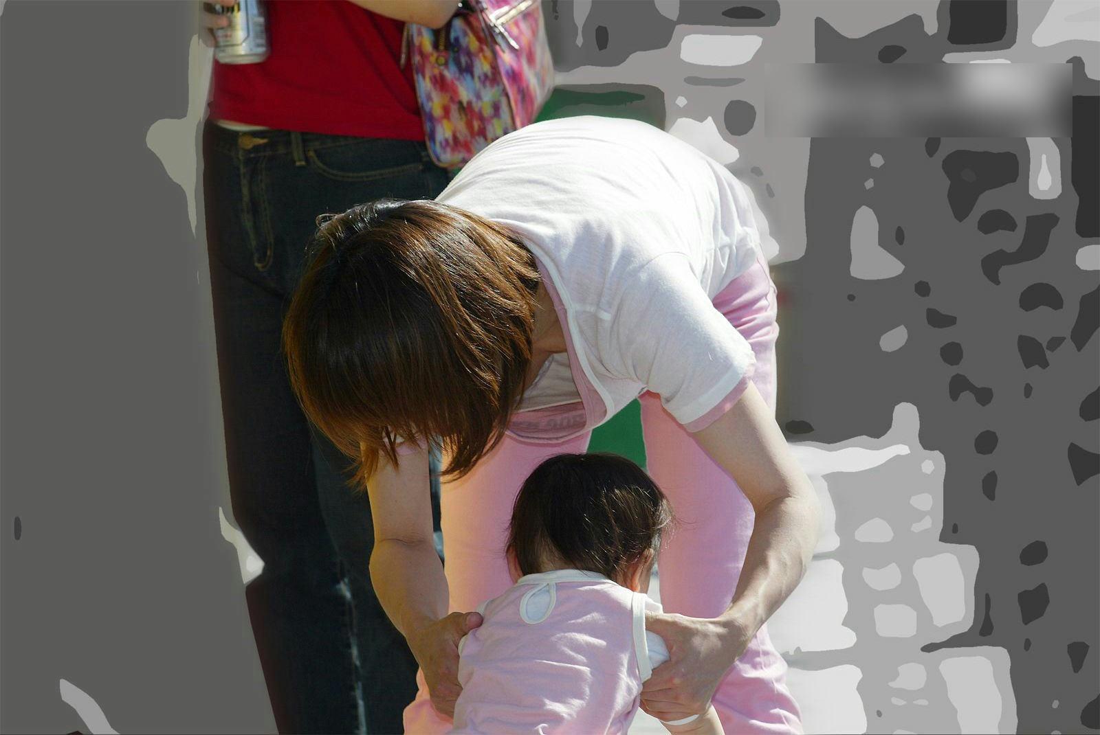 人妻の胸チラ画像最高ー!!!子供に夢中で谷間見られてるの気づいてないぞぉーwww 1191