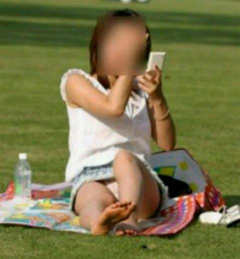 公園でのパンチラ率高すぎーwww可愛いお姉さんのパンツ見放題!!! 2436