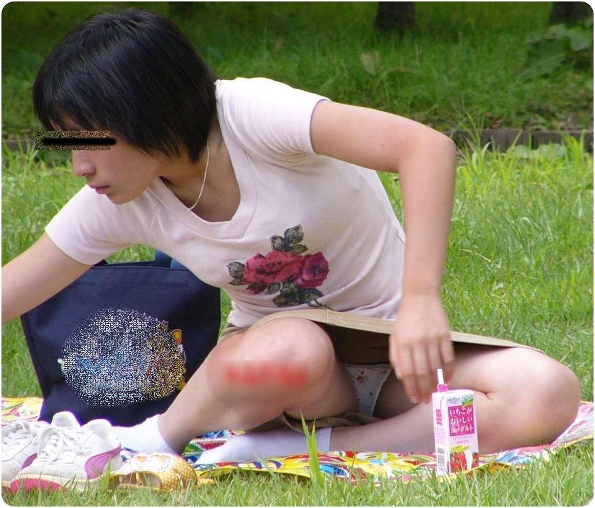 公園でのパンチラ率高すぎーwww可愛いお姉さんのパンツ見放題!!! 2438