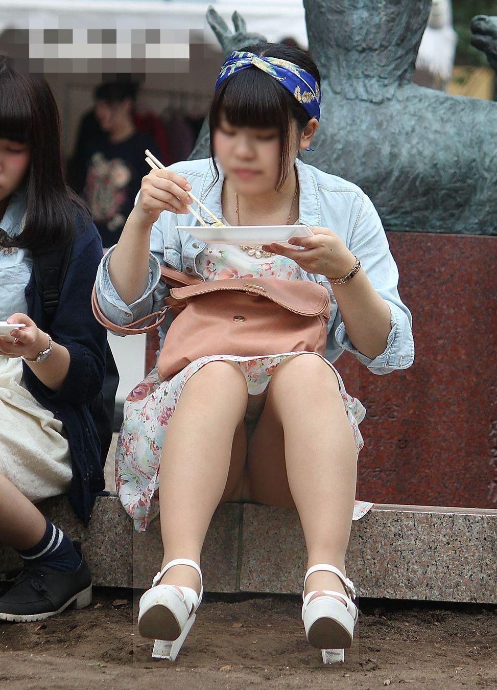 公園でのパンチラ率高すぎーwww可愛いお姉さんのパンツ見放題!!! 2443