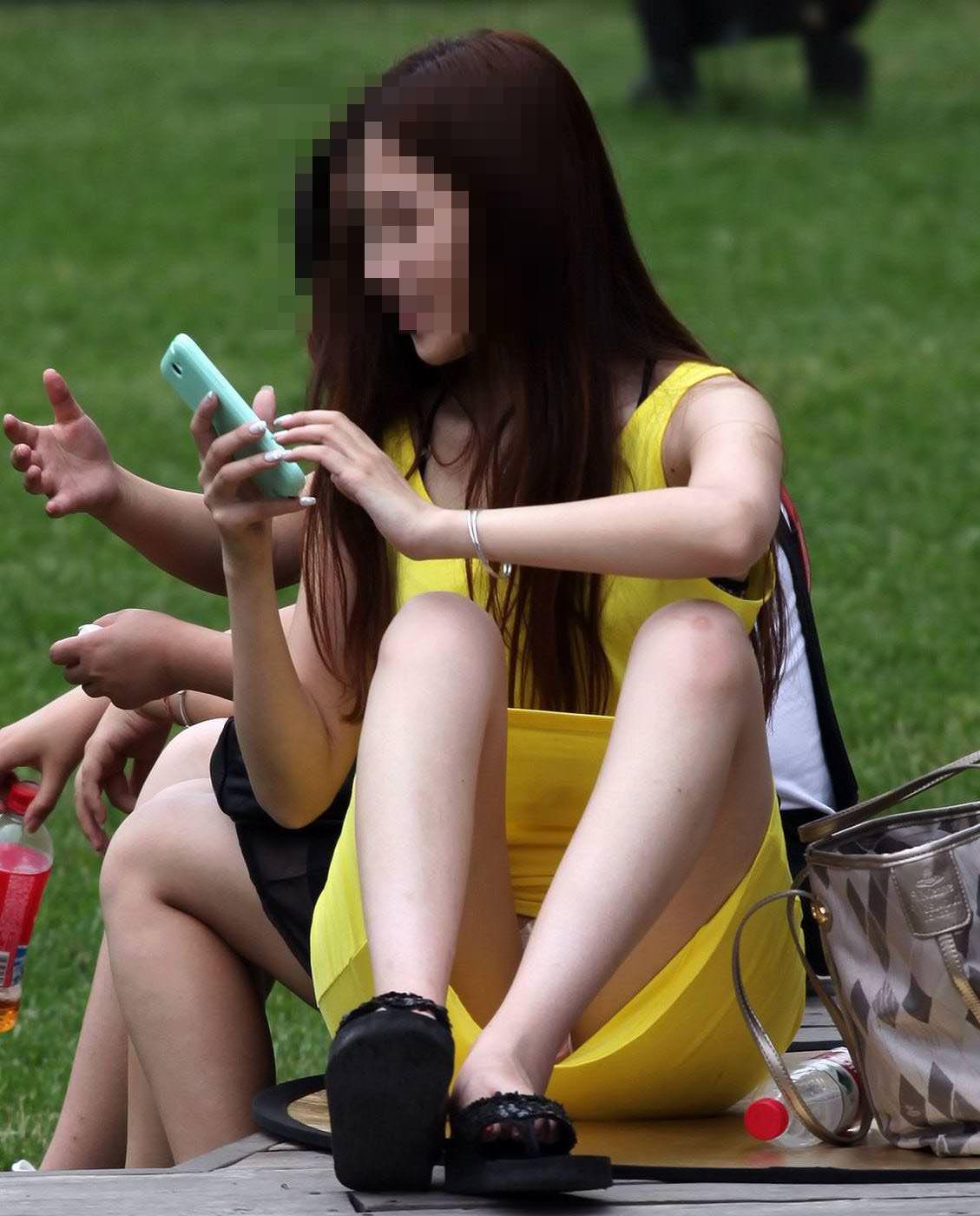 公園でのパンチラ率高すぎーwww可愛いお姉さんのパンツ見放題!!! 2482