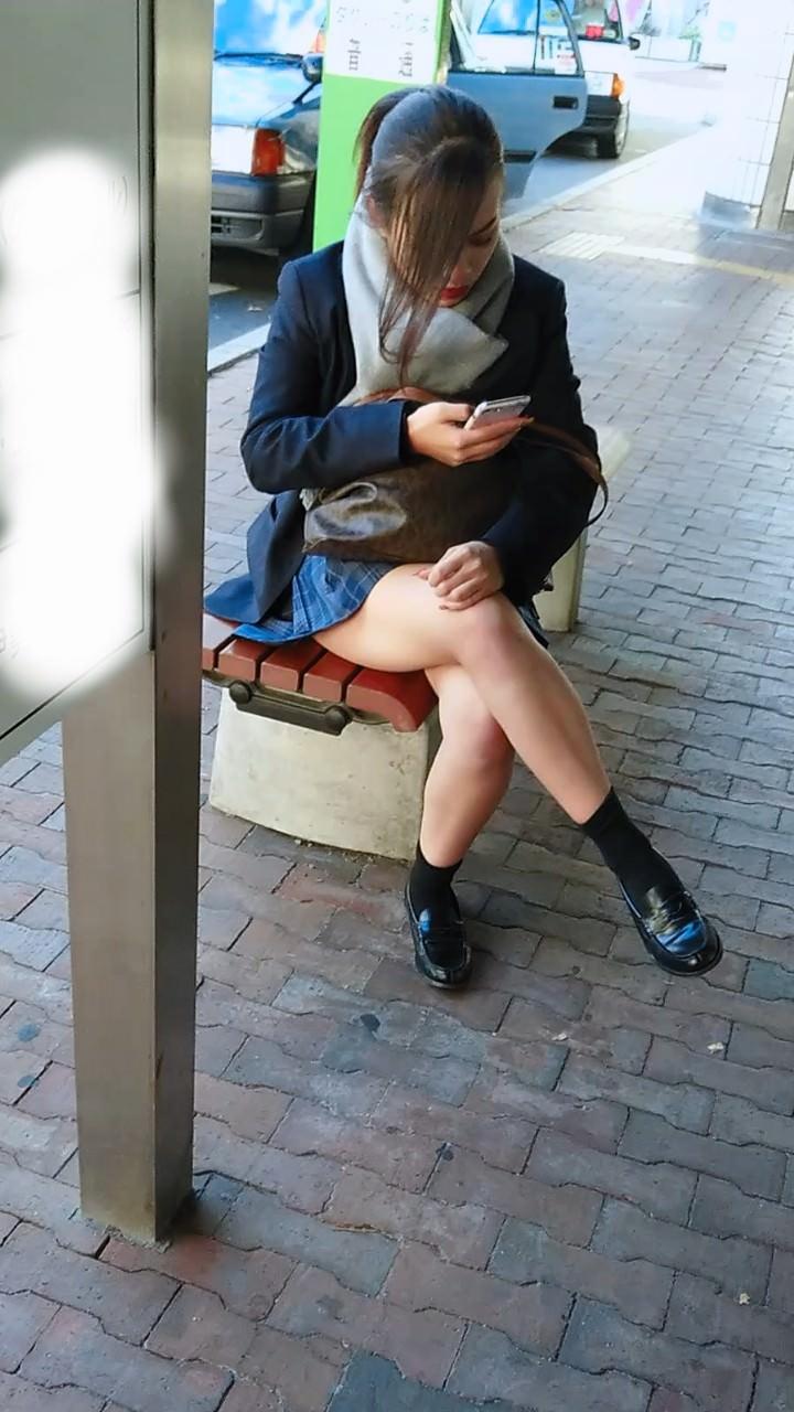 エロすぎるロリJSが足癖の悪い下品な下半身を盗撮した画像