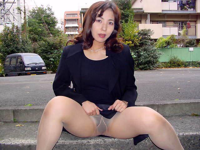 露出狂痴女が屋外でおっぱいオマンコ晒しちゃう素人エロ画像 0516