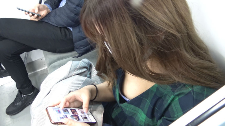 犯される女子校生がミニスカギャルが目の前に座った画像