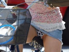 タイトなミニスカート履いた女の子の街撮りパンチラ画像