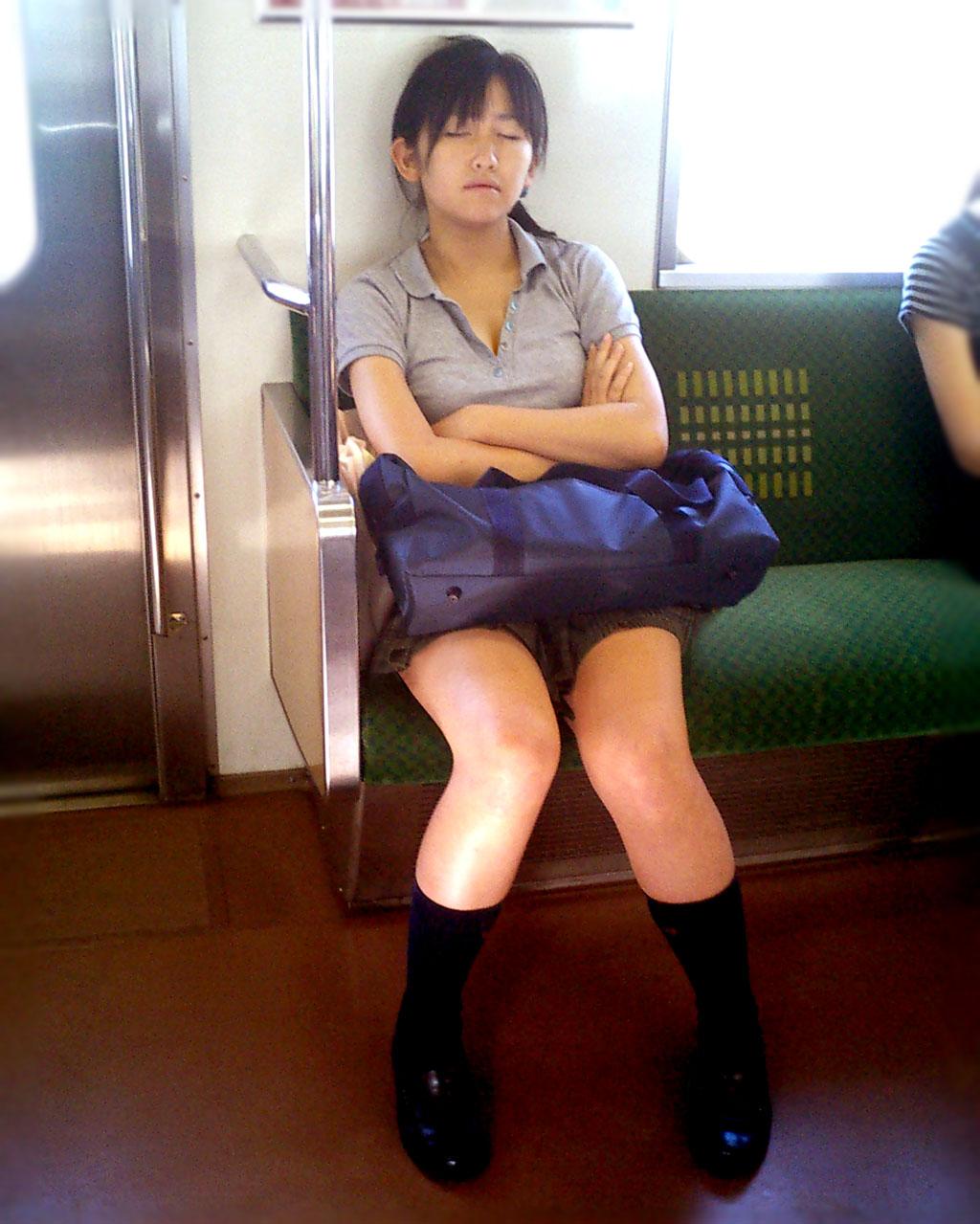 ドスケベボディのJKさん、電車内で居眠りをしてしまうwwwwwwwwwwwwwww WcfUO9Q