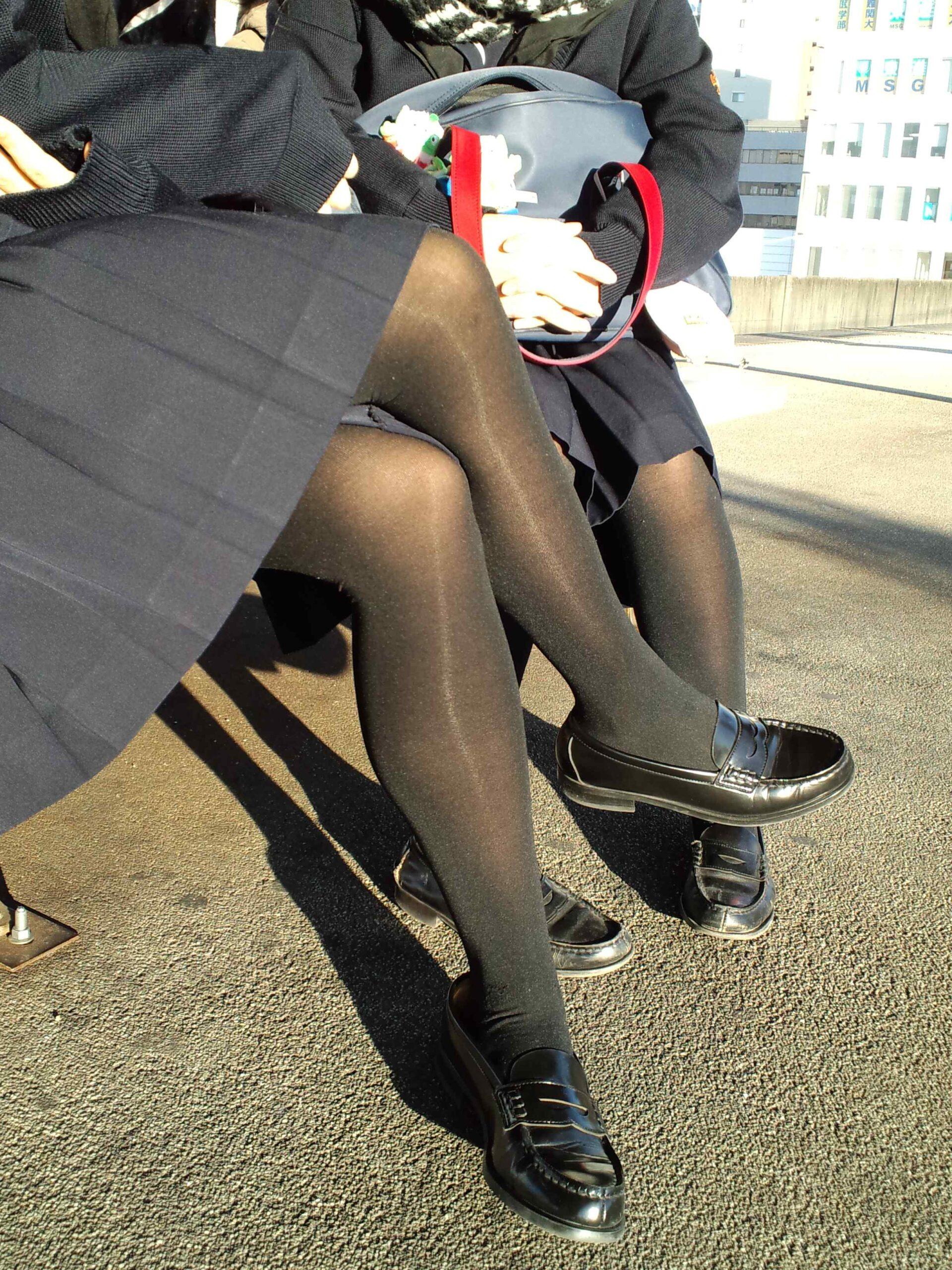 痴女セックス中学生が風で舞い上がるスカートの画像