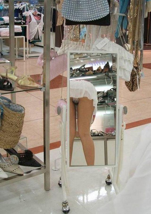 想定外のパンチラが鏡に映ってしまう女の子wwwwwwwwwwwww Re5W0B3