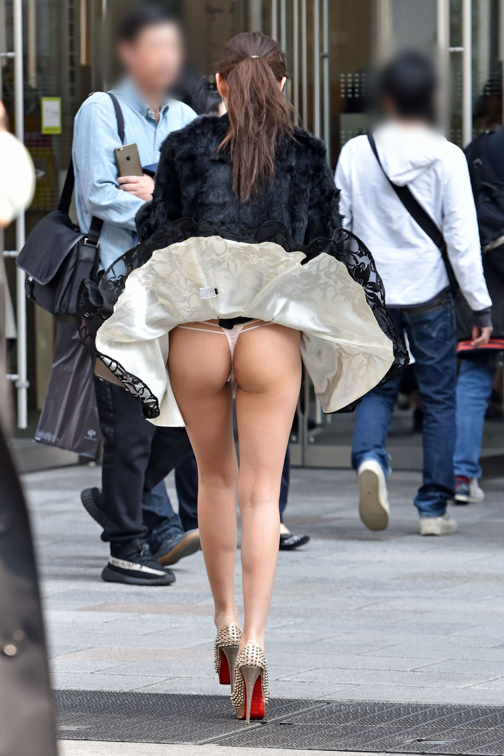 エチエチまんさん街撮りしたら、スカートがめくれてTバックが現れるwwwwwwwwwww oDEwFfK scaled