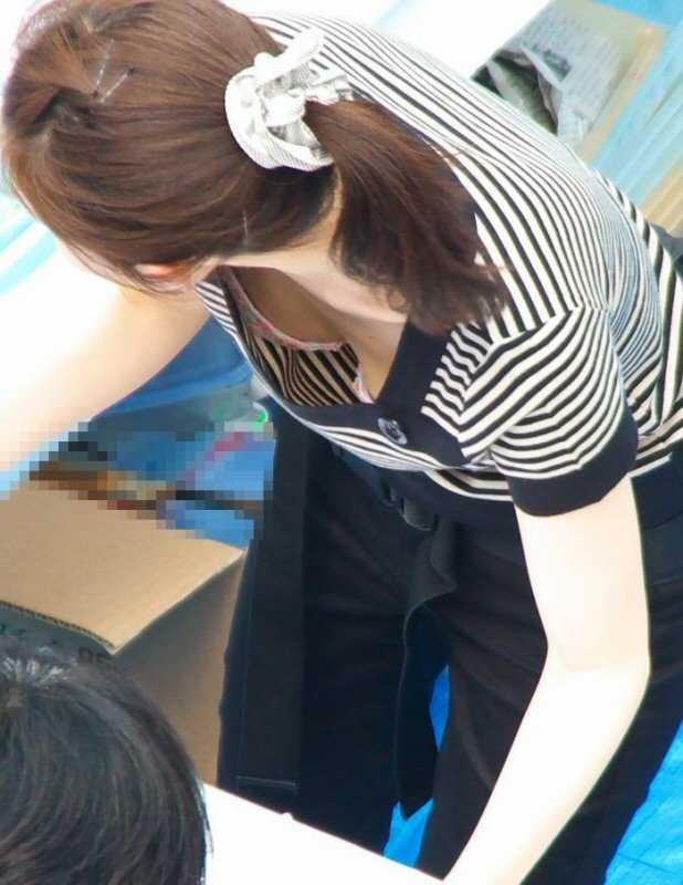 デパートで働くデパガ女子の胸チラ乳首画像 1105