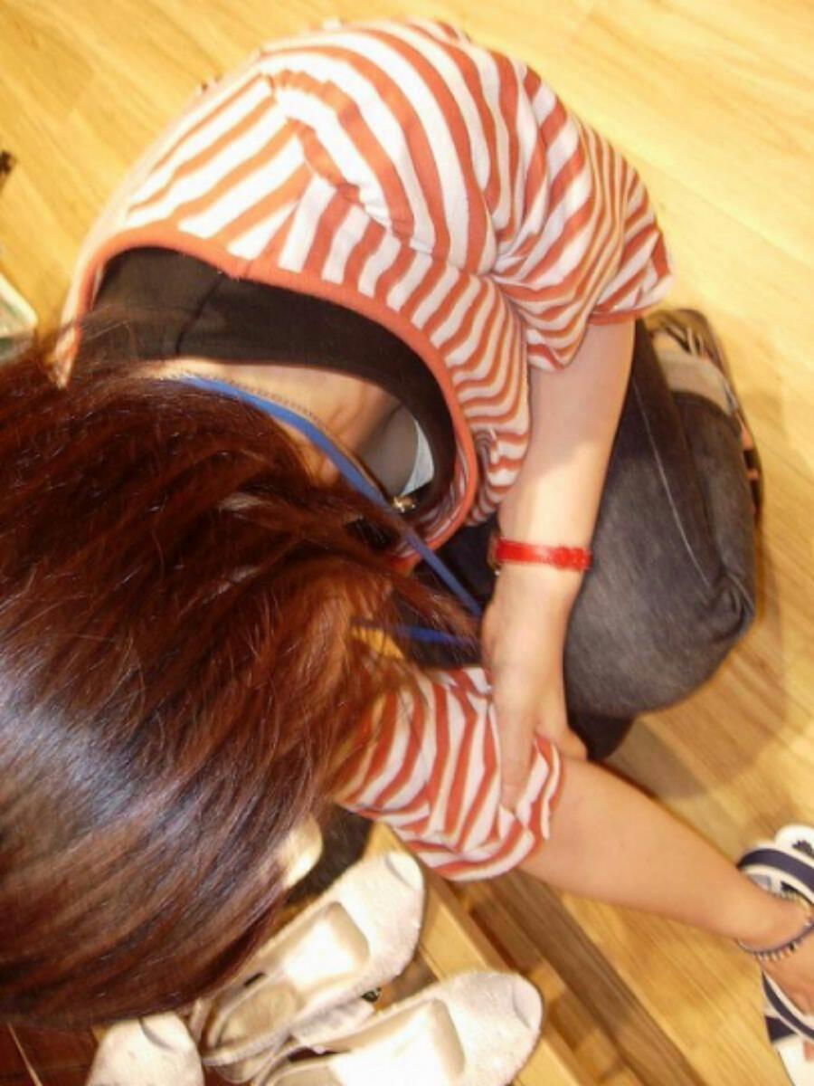 デパートで働くデパガ女子の胸チラ乳首画像 1106