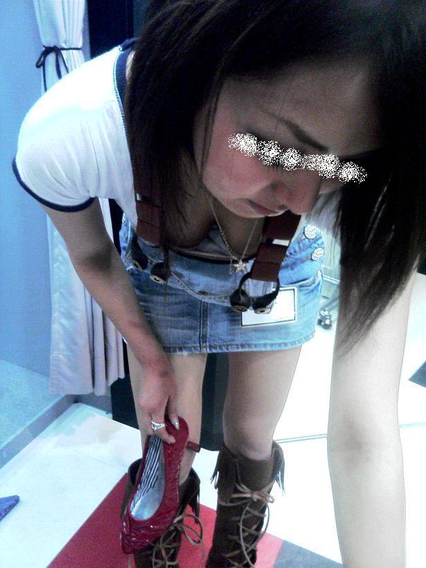 デパートで働くデパガ女子の胸チラ乳首画像 1107