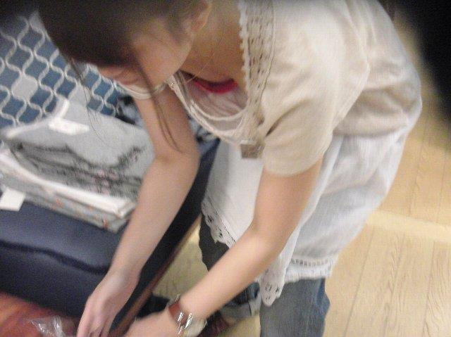 デパートで働くデパガ女子の胸チラ乳首画像 1108