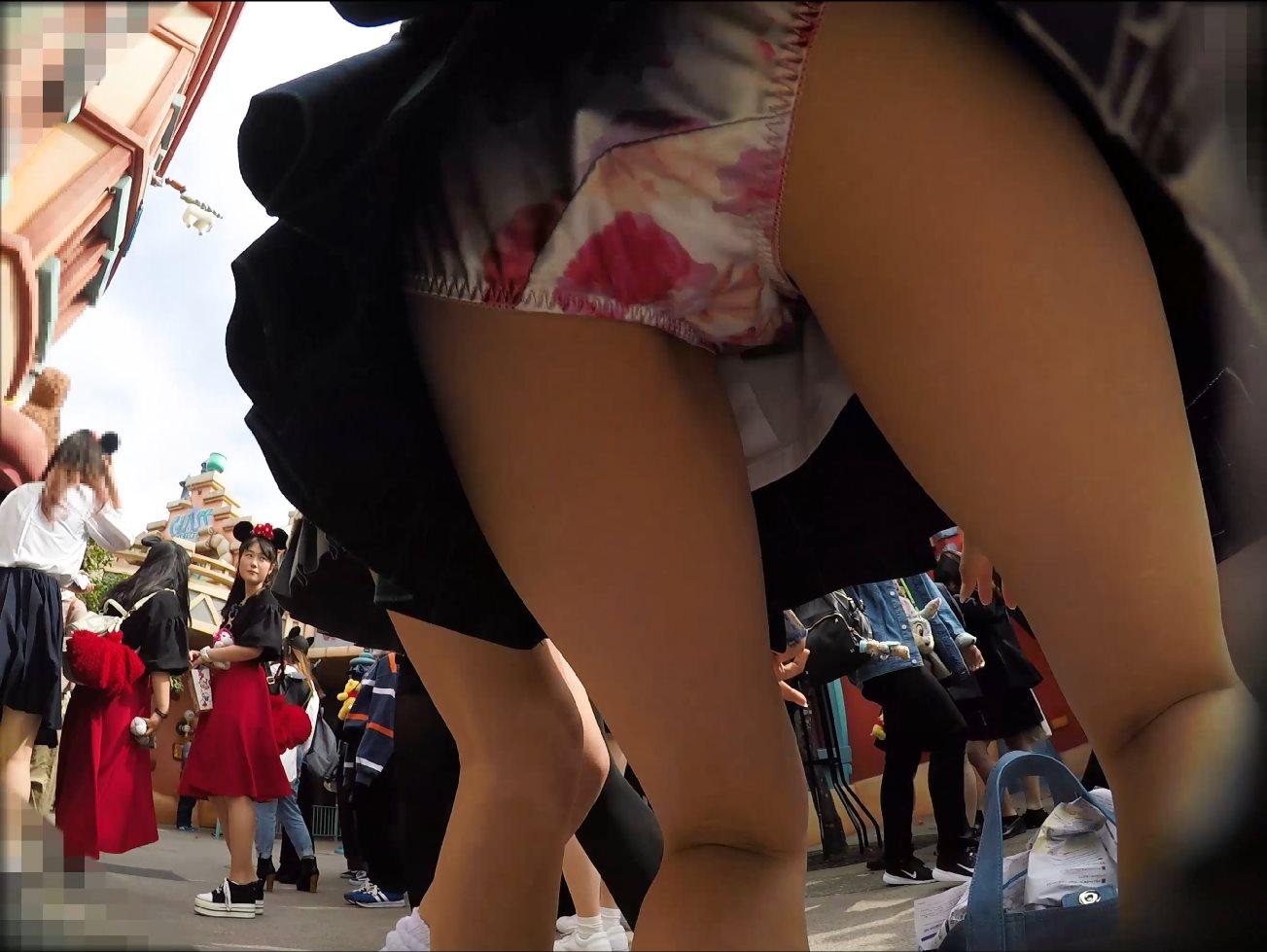 横浜のJKさん、ミニスカ過ぎてパンツ丸見えwwwwwwwwwwww GhwsJBw