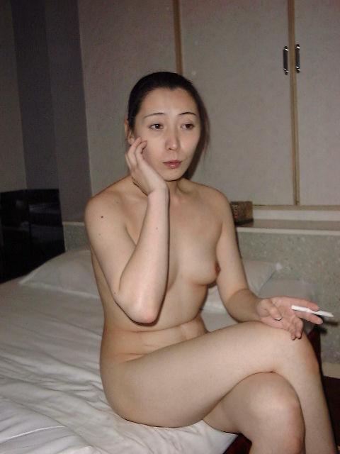 一発ヤッた後にタバコで一服してるセフレ熟女の裸姿だぁwwwセックス慣れしてるおばちゃん感がたまんねぇーなぁーwww 2403