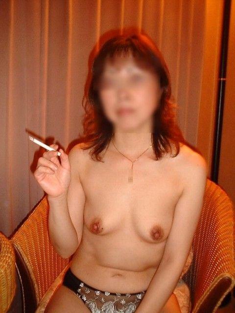 一発ヤッた後にタバコで一服してるセフレ熟女の裸姿だぁwwwセックス慣れしてるおばちゃん感がたまんねぇーなぁーwww 2411