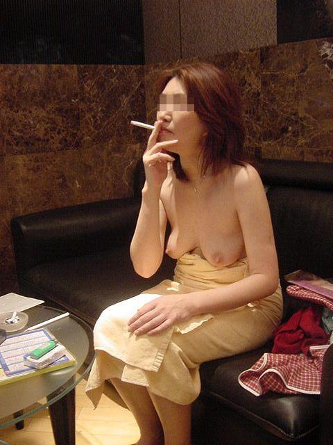一発ヤッた後にタバコで一服してるセフレ熟女の裸姿だぁwwwセックス慣れしてるおばちゃん感がたまんねぇーなぁーwww 2412