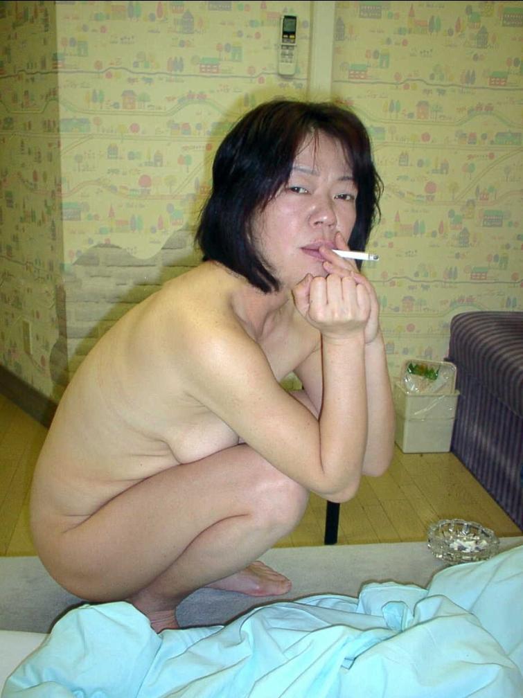 一発ヤッた後にタバコで一服してるセフレ熟女の裸姿だぁwwwセックス慣れしてるおばちゃん感がたまんねぇーなぁーwww 2416