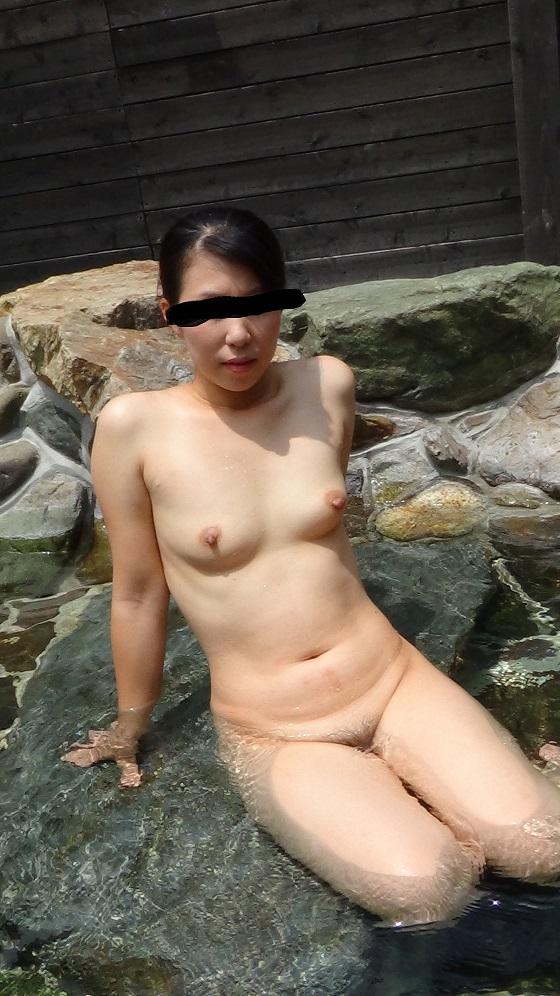 貸し切り露天風呂で彼女とエッチなことしてる素人エロ画像 1934