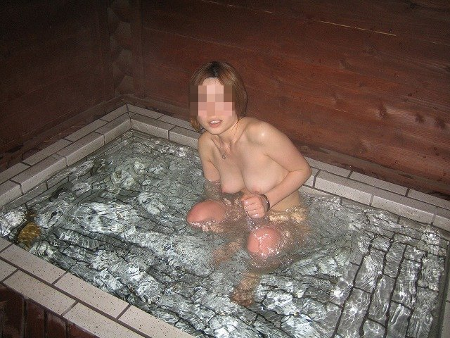 貸し切り露天風呂で彼女とエッチなことしてる素人エロ画像 1935