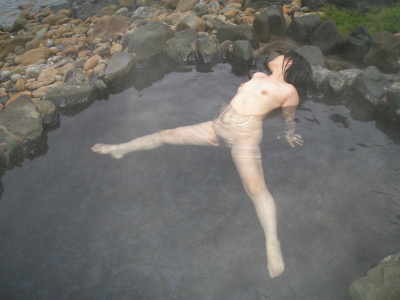 貸し切り露天風呂で彼女とエッチなことしてる素人エロ画像 1942