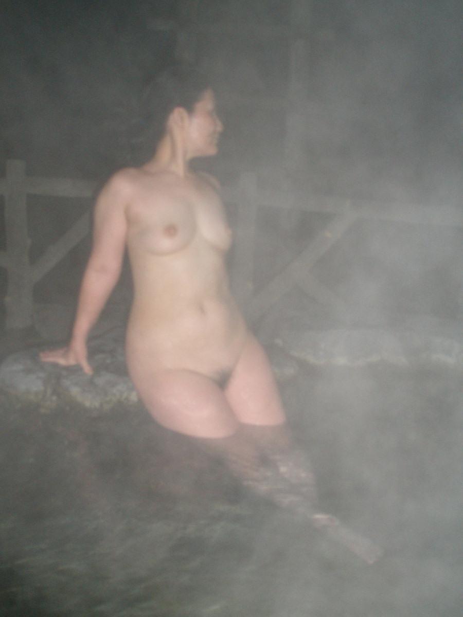 貸し切り露天風呂で彼女とエッチなことしてる素人エロ画像 1945