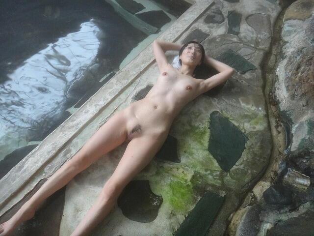 貸し切り露天風呂で彼女とエッチなことしてる素人エロ画像 1961