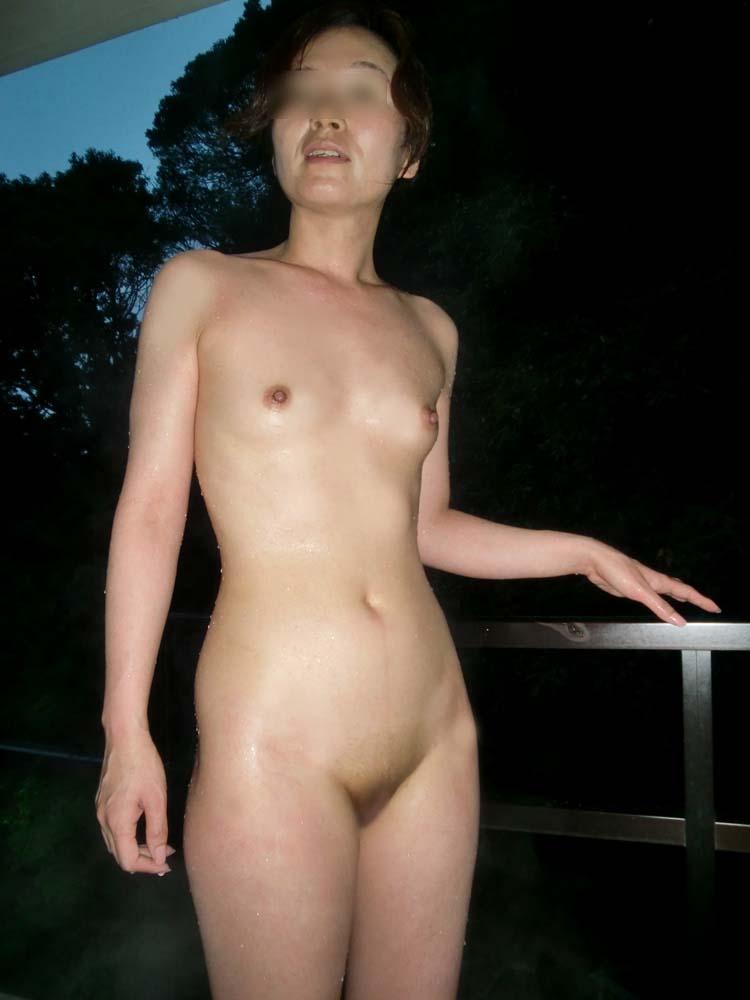 貸し切り露天風呂で彼女とエッチなことしてる素人エロ画像 1963