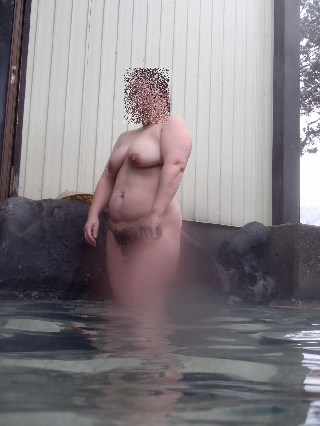 貸し切り露天風呂で彼女とエッチなことしてる素人エロ画像 1965