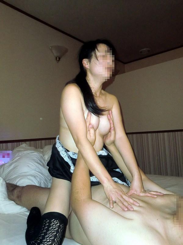 他人の男と大好きな奥さんがセックスする人妻寝取られエロ画像 2542