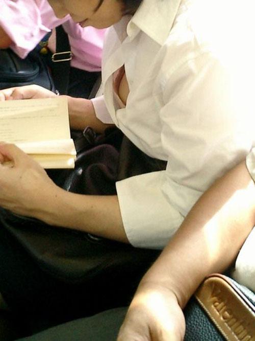 シャツの隙間からブラチラ・胸チラしちゃってる巨乳素人娘wwwwwwwwwwww HTDe04D