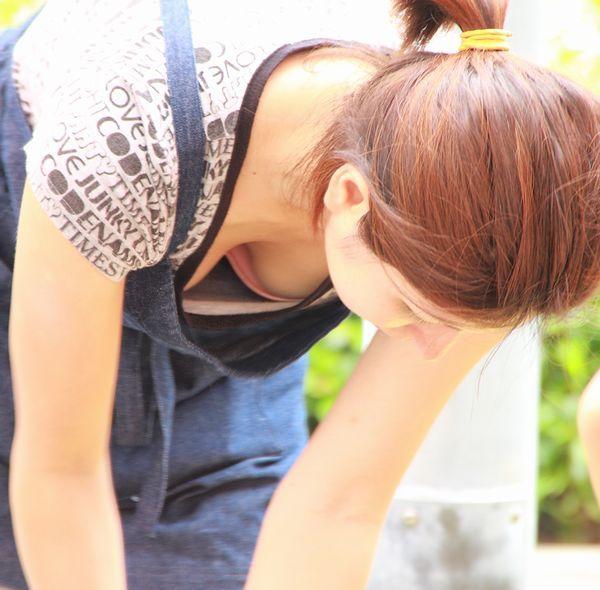 シャツの隙間からブラチラ・胸チラしちゃってる巨乳素人娘wwwwwwwwwwww munechira brachira247018