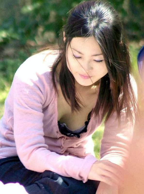 シャツの隙間からブラチラ・胸チラしちゃってる巨乳素人娘wwwwwwwwwwww munechira brachira247020
