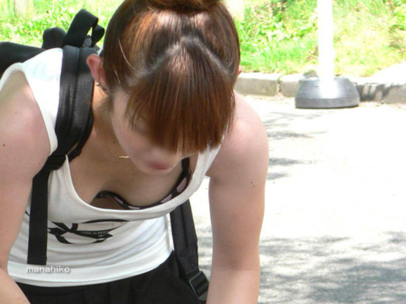 シャツの隙間からブラチラ・胸チラしちゃってる巨乳素人娘wwwwwwwwwwww munechira brachira247025