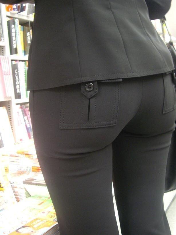 街撮りしたOLさんのパンツスーツのお尻画像っていいよね 。 83iCulf