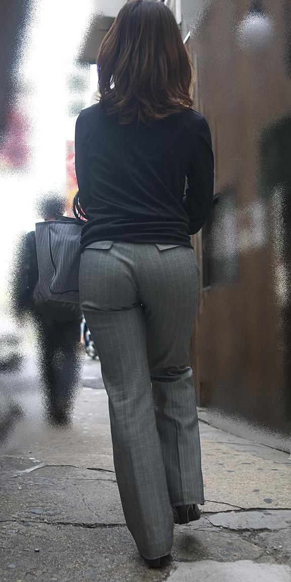 街撮りしたOLさんのパンツスーツのお尻画像っていいよね 。 RvLZWd5