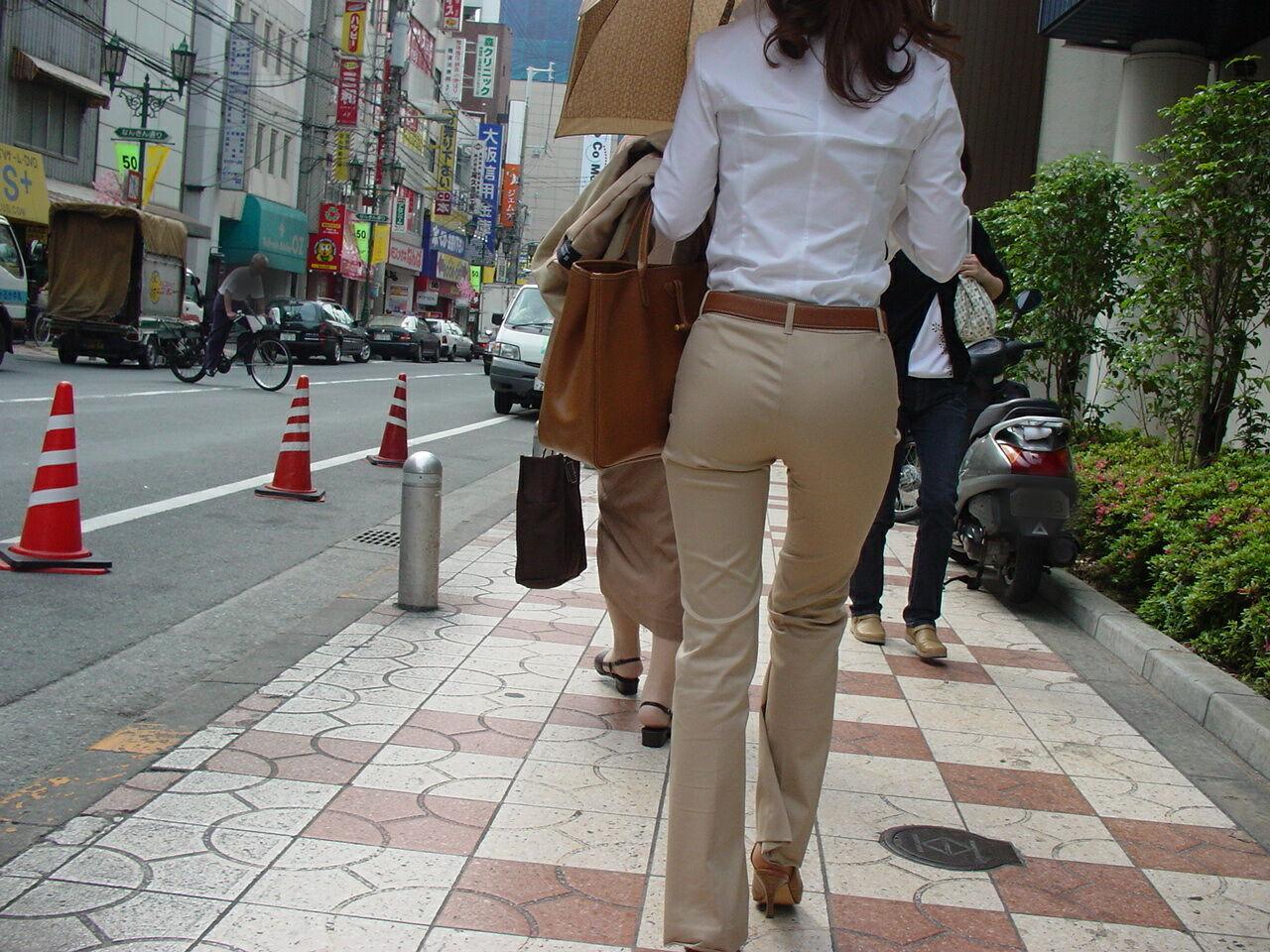 街撮りしたOLさんのパンツスーツのお尻画像っていいよね 。 VjLZiXe