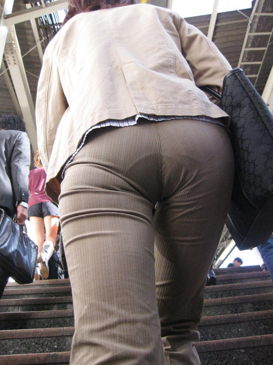 街撮りしたOLさんのパンツスーツのお尻画像っていいよね 。 f59Oavo