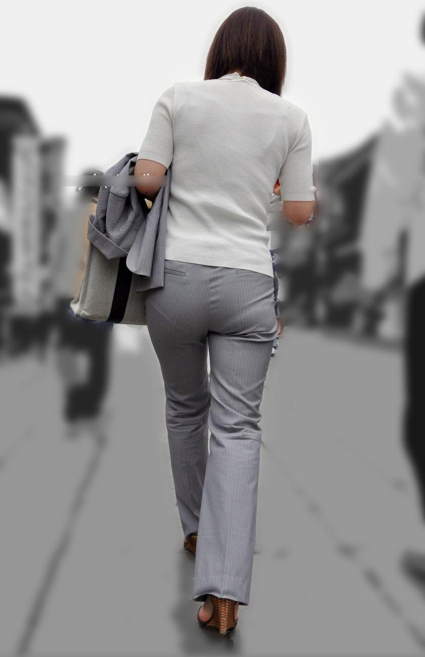 街撮りしたOLさんのパンツスーツのお尻画像っていいよね 。 hgaJVvA
