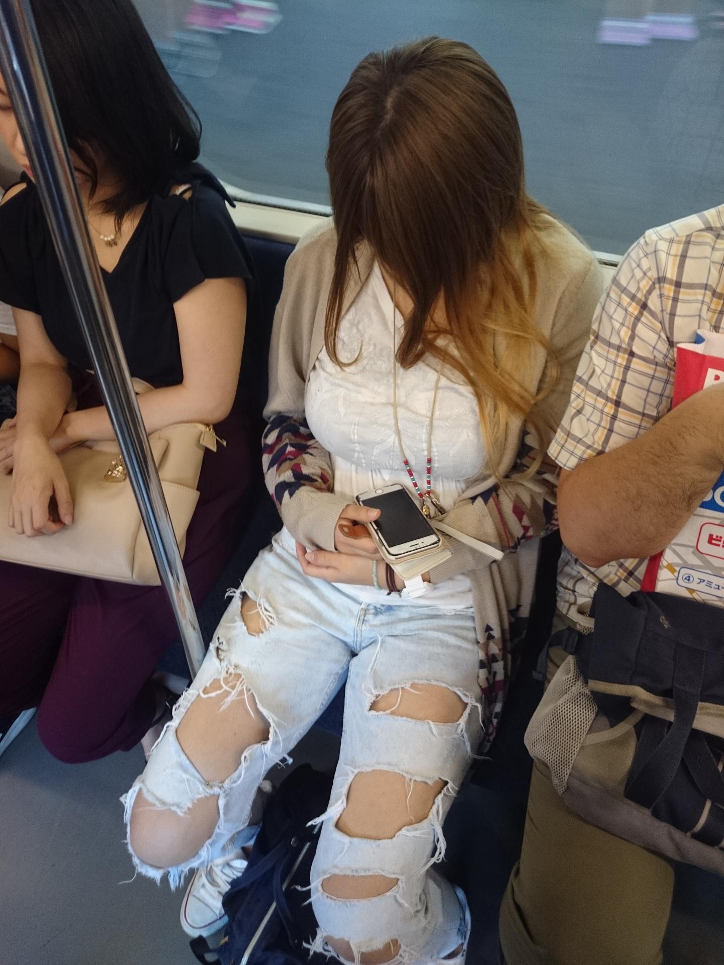 おっぱいがムチムチ人妻さん、パイスラしながら買い物に出かけてしまうwwwwwww XzUmWyM