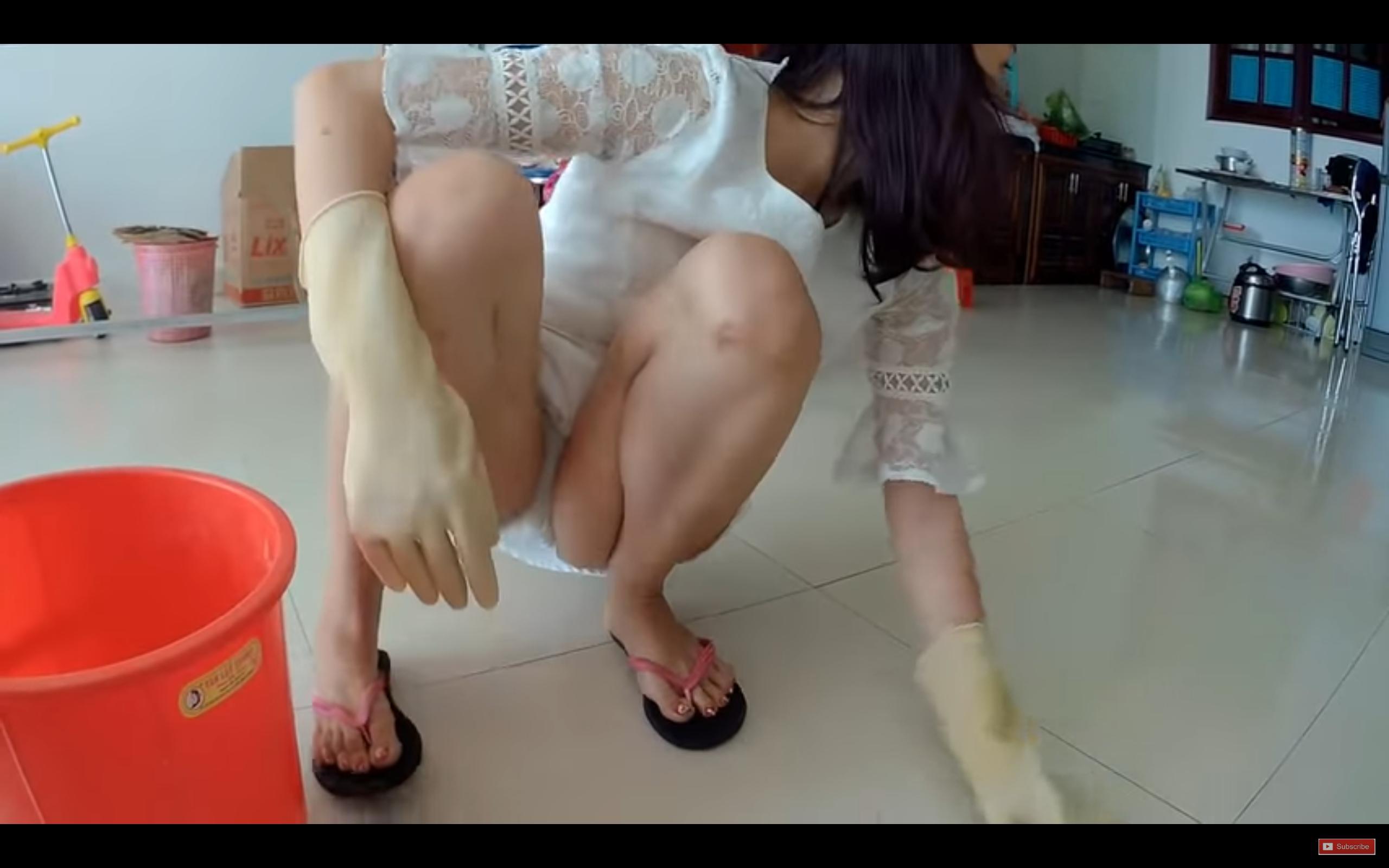 人妻が掃除中に無防備なパンチラ晒してるwwwwwwwwwwwwwwwwwww gL1NMv5