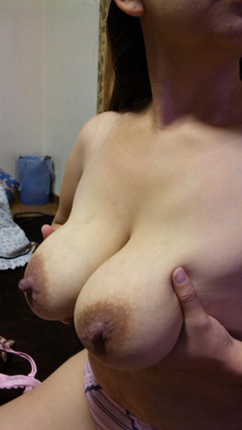 熟女系人妻のフル勃起乳首がビンビンでエロすぎるーwwwwwwwww 1539