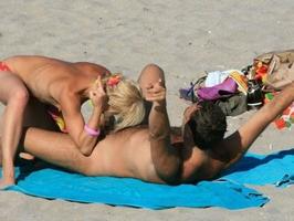 周りの目とか関係なくビーチで青姦野外セックスしちゃってる外人達の素人エロ画像
