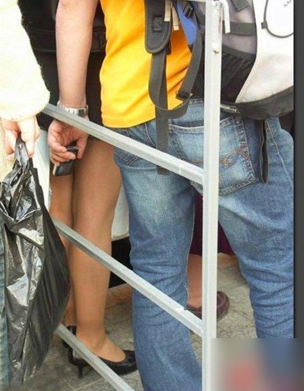 パンツ盗撮してるオヤジ達バレバレすぎてヤバすぎエロ画像 2314