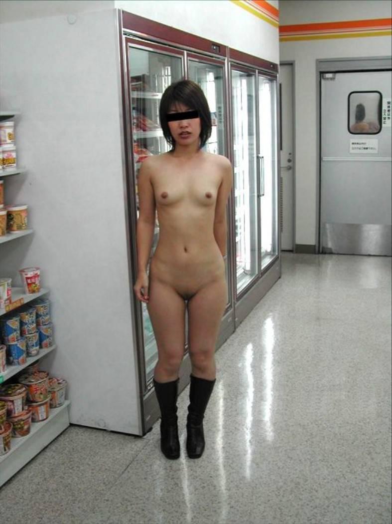 全裸でしれっと街中歩いてる露出狂女子ヤバすぎwwwwwwwwwwwwwwwww MclKYpp