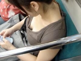 街や電車内で見かけた、おっぱいが見えてる素人女性たち