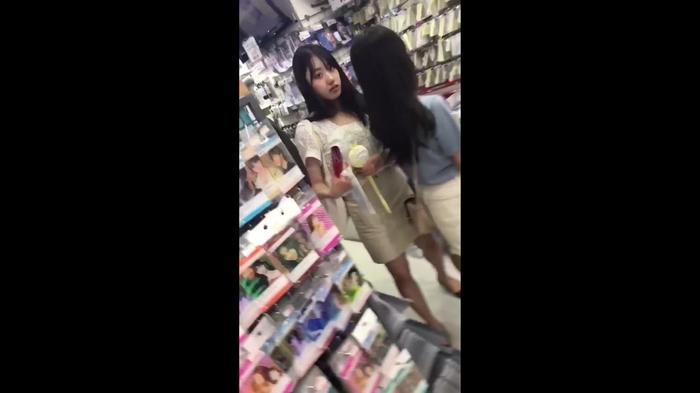 韓流グッズを買い物中のJDっぽい素人娘の逆さパンチラだぁーwwwこれってガチ盗撮画像じゃねーのーwww eD788H4rjrro93
