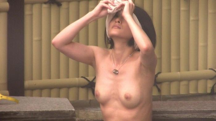露天風呂でおっぱいプルンってしてるピチピチの素人女子の盗撮画像だぁーwwwwwwwwww 2Wr2p0RG6sDY