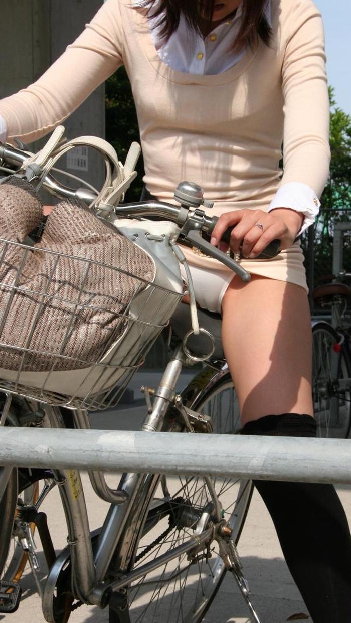 お姉さんがチャリに乗ってパンチラしてるゾォ〜wwwめっちゃエロいわーwww XJ1107suGJvB