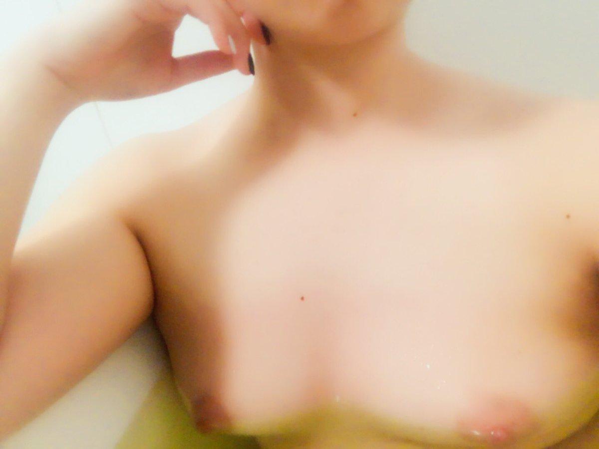 お風呂場で自撮りしておっぱい丸出しな水濡れ乳首画像 Mo3bCf